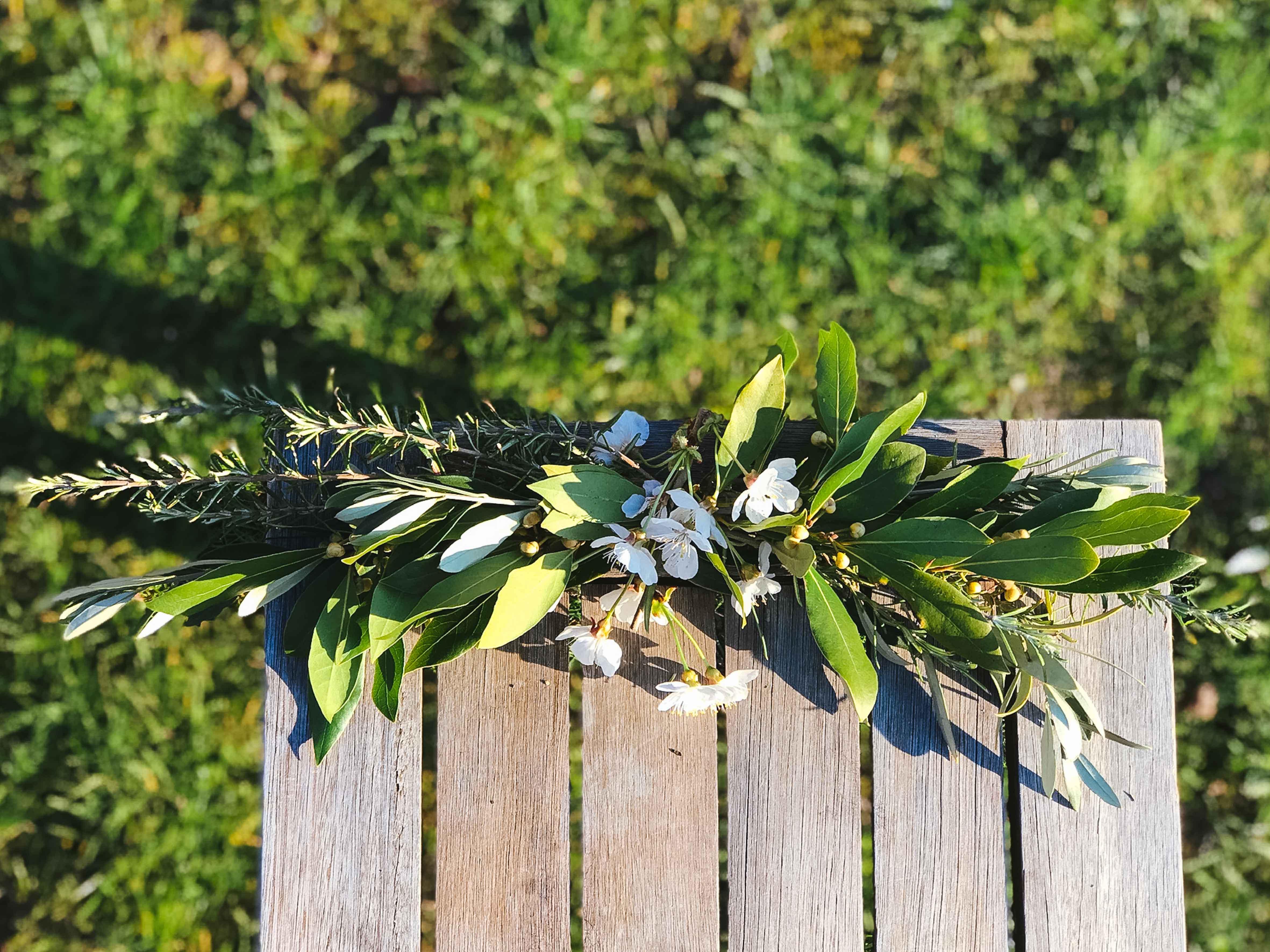 decoration-vegetale-bancs-cérémonie-mariage-fleurs